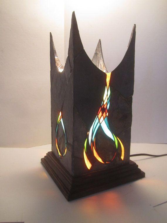 vitraux faits à la main dOne-of-a-kind et lanterne de Pierre ardoise. Ardoise a été soigneusement ébréchée et en forme pour semboîtent et assemblé avec les morceaux de verre souillé. Les dimensions de chaque côté sont environ 5,5 x 11,5 pouces et ont été assemblées en utilisant la méthode cuivre-feuille. La lanterne est assis sur une base en bois érable massif teinté et vient câblée avec un câble de 8 pi. Il sagit dune lampe dassez grande taille, haute.