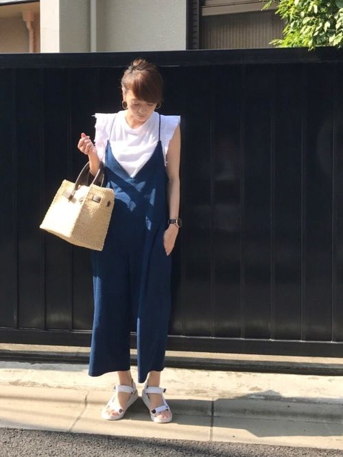白 × 青 😇 爽やか夏コーデ。サロペットの開きが深いとこお気に入り❣️