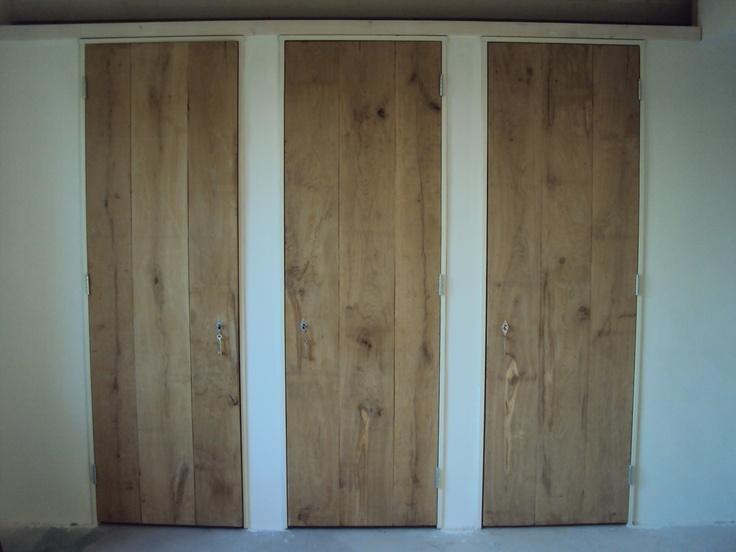 Slaapkamer, zelfgemaakte eiken deuren. Linnenkast