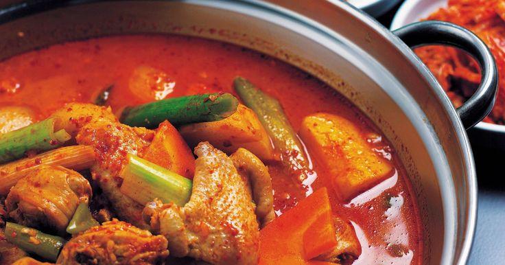 Cómo sustituir la pasta de curry rojo con curry rojo en polvo. La pasta de curry rojo es estándar en las recetas tailandesas con curry. El picante de los pimientos mezclados con los otros condimentos tales como ajo y comino ayudan a desarrollar el sabor de la mezcla. Si bien el curry se vende en forma de polvo, es más común utilizar pasta de curry rojo en las recetas de curry tailandés, debido a su ...