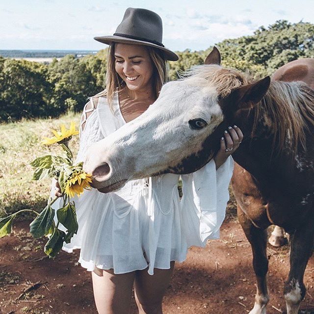 Those sunflowers aren't going to last very long by @micah_copeland @elliehayden Hat: Traveller in Regency Fawn #akubraisaustralianforhat #akubra #akubraofficial #madeinaustralia #familybusiness #fivegenerations #supportaustralians #imperialquality #furfelt #western #country #classic #fedora