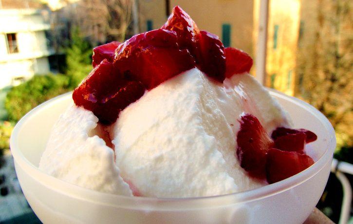 Gelato yogurt e fragole