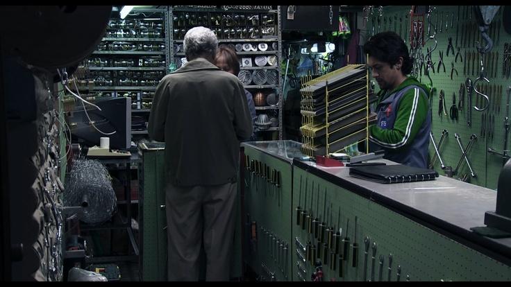 Raúl lleva una vida rutinaria trabajando en una ferreteria. Pronto encontrará el amor en 'Sin Palabras'.