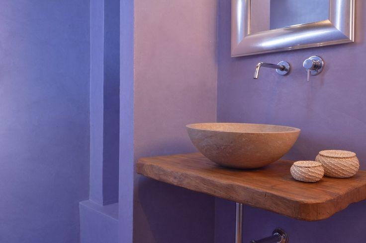 Il color lavanda trasmette tranquillità e pace ed è stato scelto in questo bagno per creare un ambiente di assoluto relax. L'intervento è stato realizzato all'interno di Fontecicerum, un agriturismo immerso nel verde delle colline umbre. Il bagno ha conservato la sua pavimentazione originaria in cotto, mentre le pareti sono state rivestite in resina spatolata grana grossa colore 16 Grey Selection, così come Il piatto doccia. La porta è stata trattata con Idrosmalto Opaco.