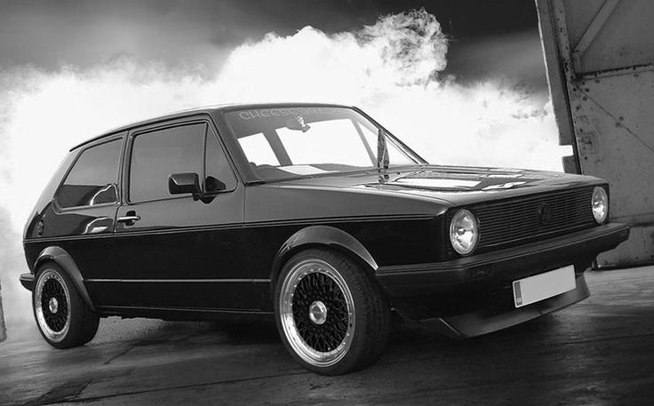 """Arap-İsrail Savaşı'nın 6 Ekim 1973'te patlak vermesiyle ilk petrol krizi ortaya çıkar.Avrupa'da kriz sonucu yeni karoseri tipleri üretmeye başlar.Uzun sedan tipi araçlar yerine uzunlukları 4 m'yi geçmeyen ve arka bagajı iç hacimden ayrılmayan iki hacimli otomobiller ortaya çıkar.1974'te tasarımı İtalyan Ital Design tarafından yapılan Volkswagen Golf ortaya çıkar ve """"çekici ve fonksiyonel"""" çizgileriyle büyük bir başarı kazanır..."""