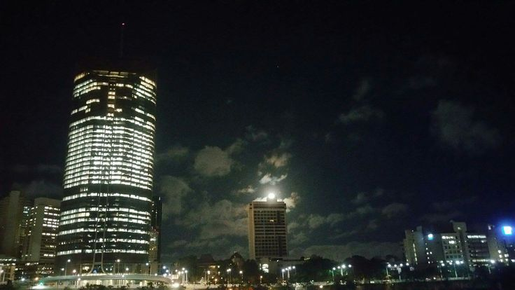 Moon peaking @ Brisbane