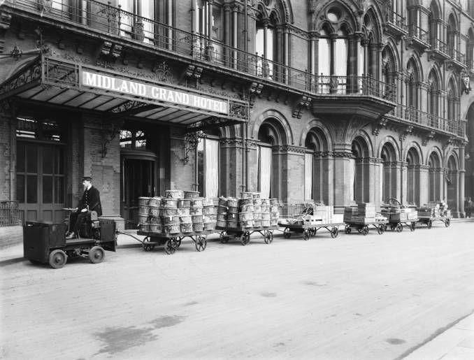 1920. Carro de equipaje eléctrico. Midland Grand Hotel.