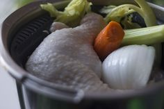 Hoy vamos con un elemento básico en la cocina, un caldo de pollo, también llamado fondo blanco. El fondo blanco sirve de base para salsas, cremas, sopas y otras recetas y por supuesto que podemos adquirirlo en una tienda ya preparado pero ya sabéis que no hay nada como lo hecho en casa. Pero no …
