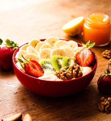 Du tapioca, des fraises, des noix, du kiwi et des bananes