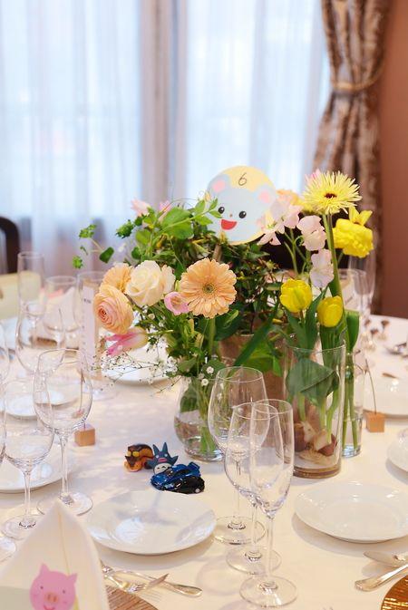 春の装花、ザ・ハウス白金様へ。 花嫁様は幼稚園の先生。 席札もかわいい! テーブルのナンバープレートも お手作り。かわいい! ...
