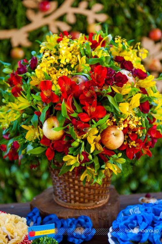Festa_Branca_de_Neve_decor_mesa_bolo_detalhe_arranjo_flores