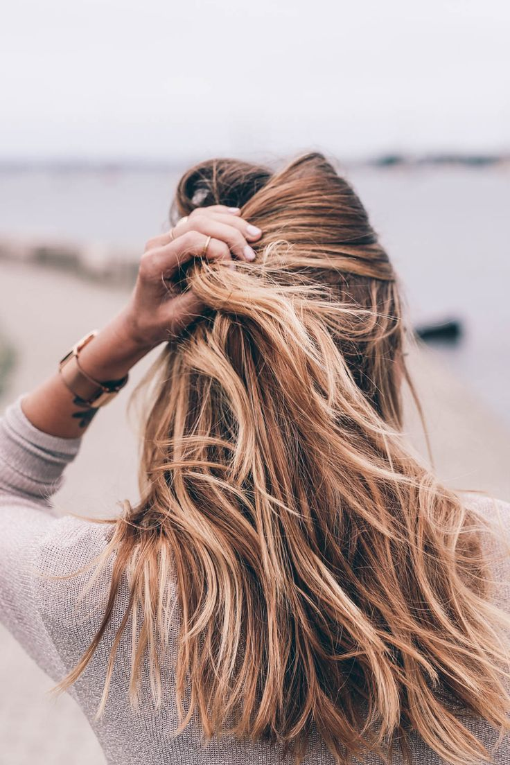 An easy step-by-step beach waves tutorial with Jennie Kay Beauty.