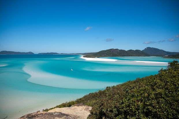L'archipel des Whitsunday Islands Il est des lieux qui feraient jurer que le paradis existe bien sur Terre. L'archipel des îles Whitsunday en fait partie. Situé au large de la région du Queensland, au nord-est de l'Australie, cet ensemble d'îles paraît tout droit sorti d'un paysage de carte postale. Rien d'étonnant, puisque nous sommes ici au cœur de la Grande barrière de corail. Selon la saison, il n'est pas impossible d'apercevoir, au large des plages de sable blanc, des baleines, des…
