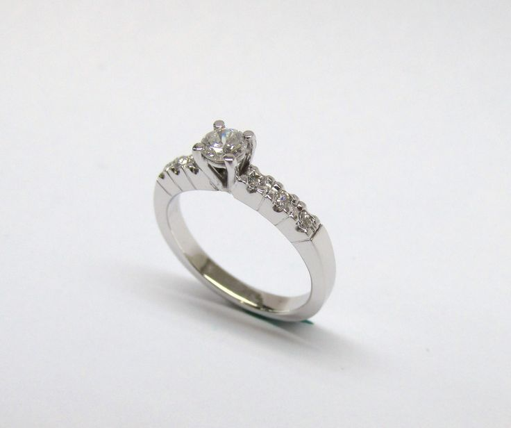 Romántico  solitario de compromiso en oro blanco de 18k con diamantes.R823-1 Joyas Marcel Durán Joyeros, Bogotá.  #duranjoyerosbogota #joyasbogota #hermosasjoyas #renovamostujoyero #hechoamano #fabricaciondejoyas #oro #anillos #aretes #argollas #anillosdecompromiso #dijes #compracolombiano #colombia #gold #handmade #jewelry #novias #matrimonio #esposos  #boda #novio #wedding #husbands #felicidad #piedraspreciosas #diamante #piedrassemipreciosas #zircon