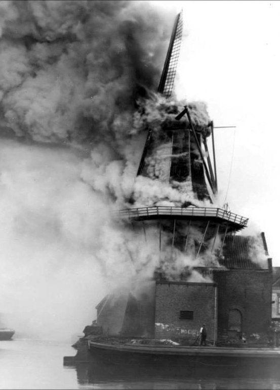Molen de Adriaen in brand in 1932