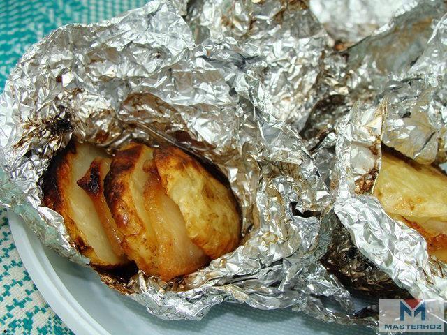 Вспоминаем вкус детства – печем картошку.   Недостаток запекания картофеля в углях в том, что значительная часть картофелины обугливается, а некоторые сорта становятся пересушенными, теряя вкусовые характеристики. Сохранить вкус и структуру корнеплода можно путем запекания в фольге.  Картошка на углях  Технология приготовления проста. Кушать такую картошечку «в мундире» можно вместе с кожурой. Как приготовить и сколько по времени ее запекать поведает сегодняшний пошаговый фото рецепт…