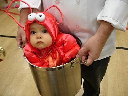 Bambino vestito da aragosta per Carnevale