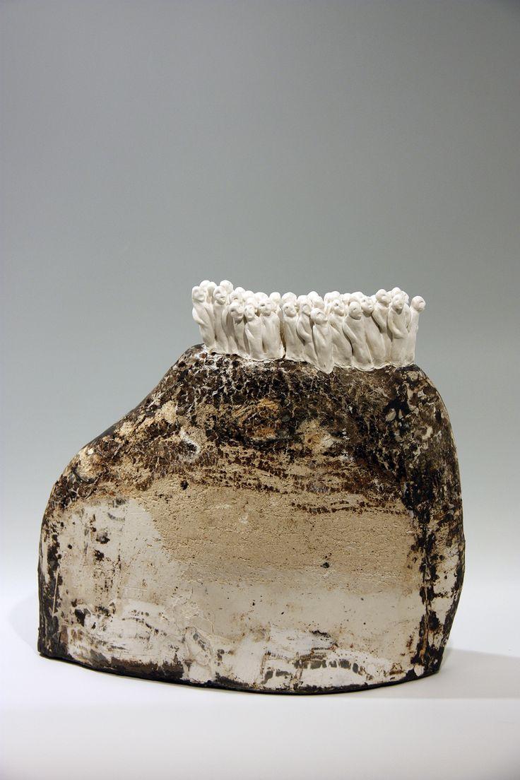 Je commence mon travail en composant ma terre avec des argiles, des engobes, et des émaux que je récupère de manière à reproduire les strates géologiques des montagnes et des roches. C'est cette géologie qui me fascine car dans ce procédé je retrouve un parallélisme avec comment les vies humaines se construisent:  Les montagnes, …