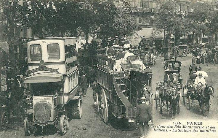 Les moyens de transport du Paris d'antan La station des omnibus au carrefour des boulevards Montmartre et des Italiens et un bel échantillon de tout ce qui pouvait circuler à cette époque dans les rues de Paris... (carte postale, vers 1910)