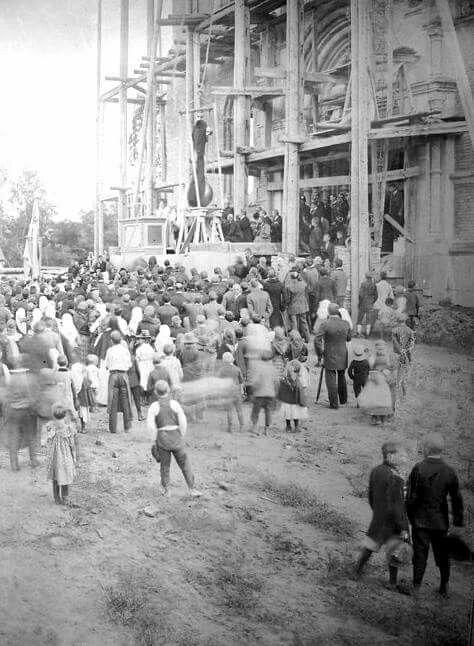 1906. XV. Rákospalota, Széchenyi tér, Magyarok Nagyasszonya főplébánia építése, a kereszt felrakása a templom tetejére (1909-re fejeződik be az építés)
