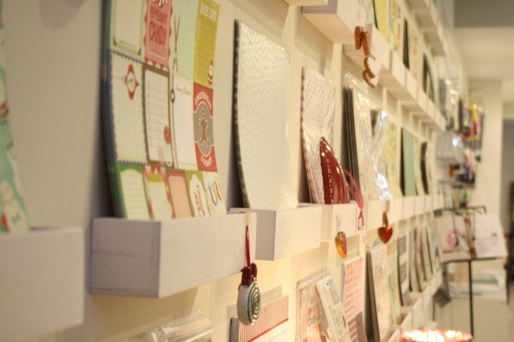 Exposición de papeles en la tienda Scrap & Casa Coqueta