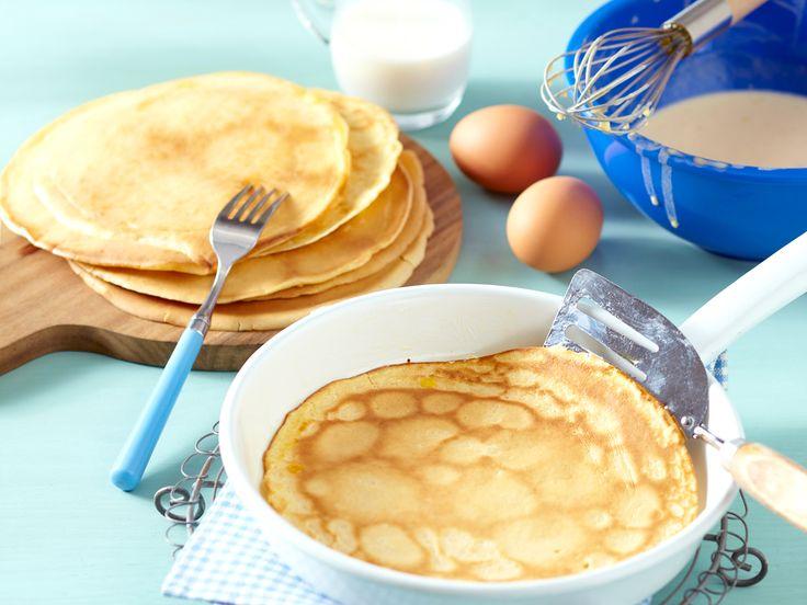 Einfacher geht's nicht: Aus Eiern, Milch, Mehl und  Salz bereiten wir im Handumdrehen klassischen Pfannkuchenteig zu. So geht's Schritt für Schritt.