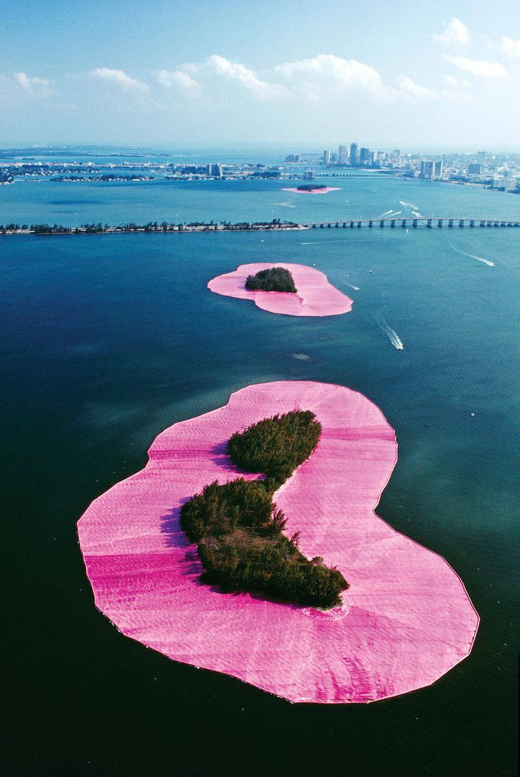 Duo Christo et Jeanne-Claude, masters in the Land art, did a sublime installation in 1983 : Surrounded Islands. During two weeks, we can see on the Biscayne Bay, in Miami, some pink islands. Eleven islands, made of trees, were surrounded by a belt of pink fuchsia plastic.