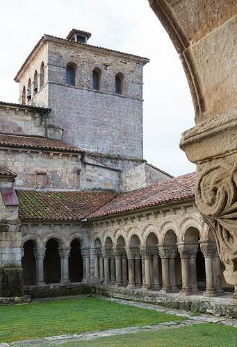 Espagne, province de Cantabrie, Santillana del Mar, le cloître roman du 12e siècle de la Collégiale