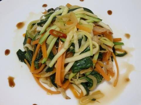 Fabulosa receta para Salteado de verduras con ajo y jengibre. Cocina saludable con toques asiaticos, interesante para cuidarse un poquillo antes de las próximas fiestas, fechas en las que todos abusamos un poco de todo.............