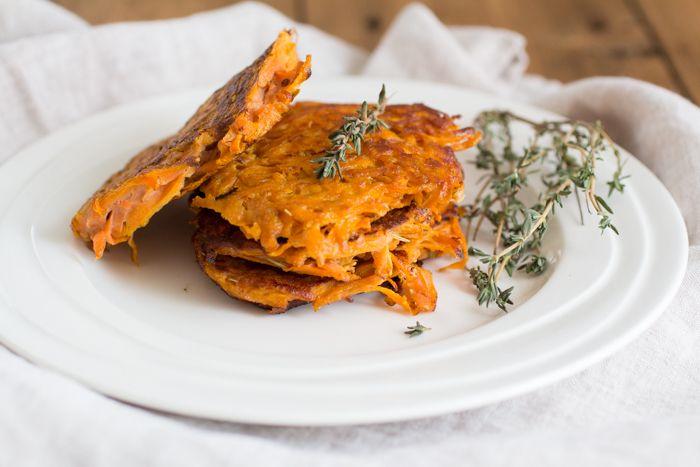 Wortelkoekjes- Van zichzelf zijn de wortelkoekjes vrij zoet en heerlijk om zo te eten, voor een extra bite kun je er wat uitgebakken bacon of ontbijtspek aan toe voegen. Ook wat gedroogde tijm of rozemarijn past er erg goed bij, of wat dacht je van een handje pijnboompitten?