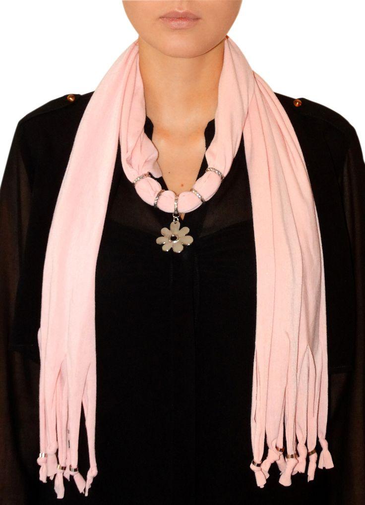 Una mezcla entre bufandas y collares al mejor estilo MDN Fashion.