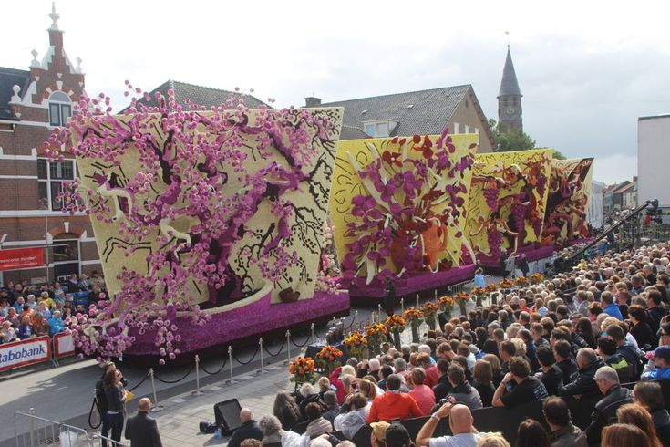 Corso Zundert 2015 was the anniversary 125 years of van Goghs death and his birthplace created their annual parade floats from dahlias with his art as inspiration - gorgeous #dahlias #flowers #art #vangogh #zundert