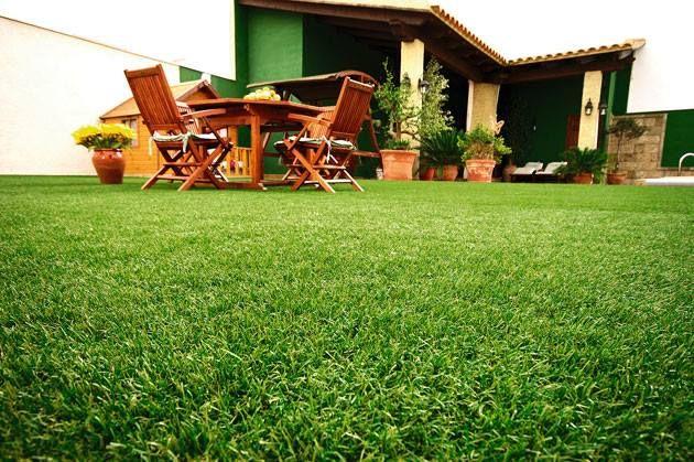 La utilización del césped artificial en el exterior tiene muchas ventajas e inconvenientes. Las ventajas más llamativas son su precio, su mantenimiento, ausencia de hormigas (como en el césped tradicional), la limpieza, su ubicación y su durabilidad.