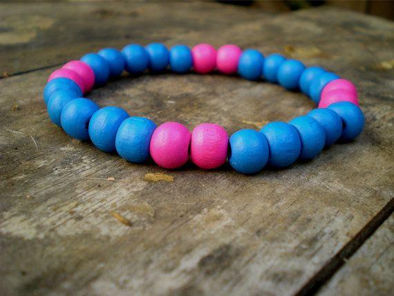 Pulsera elástica con cuentas de madera azul rosado por ArtesaMia