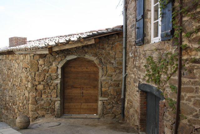 porte à clous réalisées en vieux bois et adaptées à l'encadrement de pierres
