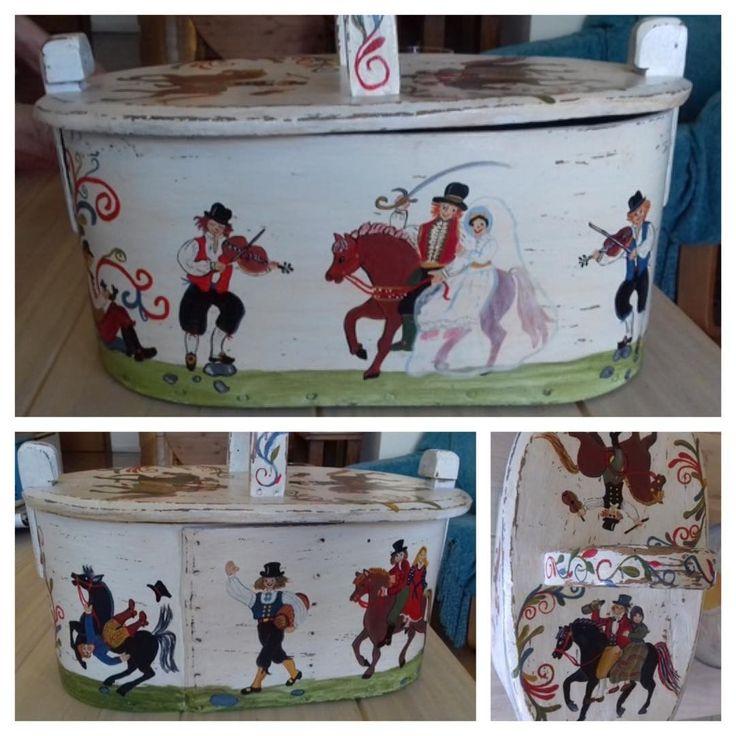 """Caja antigua pintada a mano por nuestra alumna Brigitte, una artista 🎨 de pintura decorativa. En la…"""""""