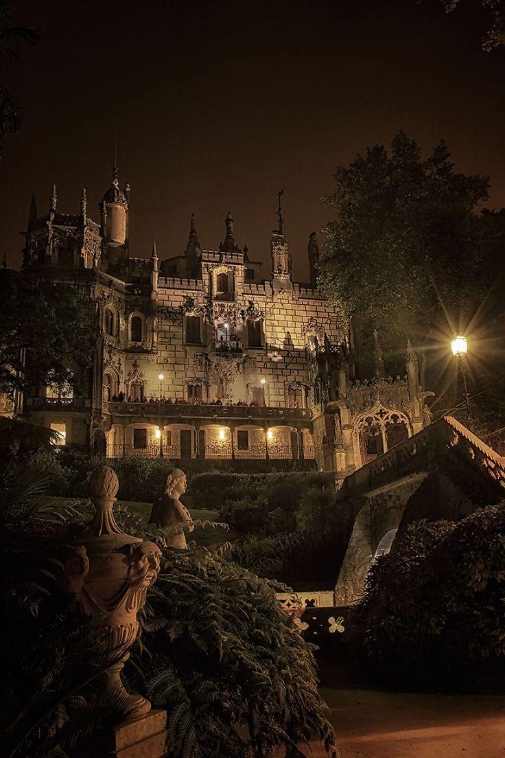 El Palacio de Monteiro la Milionaire,Cerca del centro histórico de Sintra, en Portugal, la finca Quinta da Regaleira mantiene clasificación de Patrimonio de la Humanidad de la UNESCO by Taylor Moore