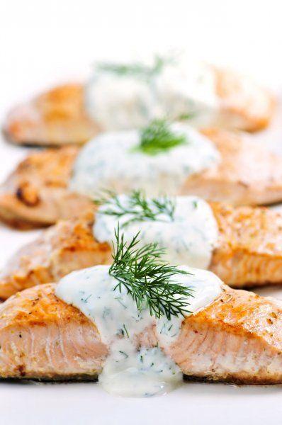 Mit dem Rezept für Lachs mit Zitronen-Dill-Sauce lässt sich ein leckeres Gericht zubereiten, das gerade im Sommer für eine leichte Frische sorgt.