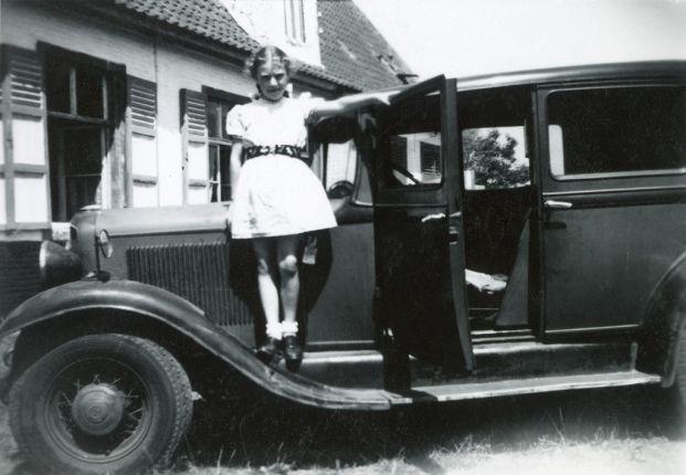 Meisje bij Ford, Sint-Denijs-Westrem, 1945
