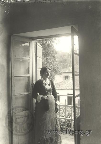 Πορτραίτο γυναίκας σε μπαλκόνι. Υπάρχων ΤίτλοςAkrata ΤόποςΑκράτα Χρονολογία1900 δεκαετία Αρχείο/ΣυλλογήBOISSONNAS, FREDERIC και HENRI-PAUL