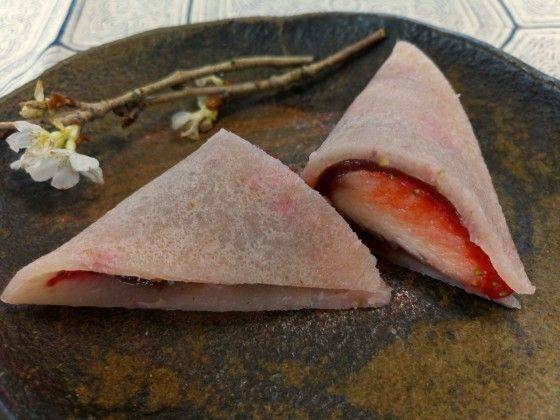 家事えもんこと、タレントの松橋周太呂さんが考案した、生八ツ橋のレシピをご紹介します。 「簡単 生八つ橋風デザート」です。 片栗粉を使って、生八つ橋のようなモチモチ感のある生地を作ります。 生地の中には、イチゴとあんこを挟みます。 フライパン1つで、5分程度で作れます。 (情報元:TV「あのニュースで得する人損する人」家事えもんのかけ算レシピ 2016年3月10日放映)  家事えもん流 生八ツ橋の作り方  「簡単 生八つ橋風デザート」のレシピです。 分かりにくい工程は、後ほど写真をもとに説明します。 材料【8個分】    イチゴ 150g   片栗粉 10g   薄力粉 60g   イチゴ味の牛乳 80ml   こしあん 64g    作り方   イチゴ(100g)はヘタを取り、ボールに入れてフォークで潰す。 1に片栗粉・小麦粉・イチゴ味の牛乳を加え、泡立て器でよく混ぜる。 キッチンペーパーでフライパンにサラダ油(分量外)を塗り、2を円形に伸ばし、両面合わせて3分焼く。 3を食べやすい大きさに切り分け、あんことイチゴ(1/2個)を挟んだらできあがり。…