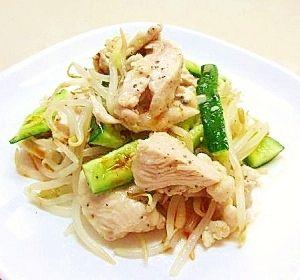 「鶏胸肉とモヤシの塩麹あえ☆さっぱり冷菜」塩麹を絡めた茹で鶏は、お肉がししっとり柔らか!サッと茹でたもやしと、塩麹ベースの中華風タレで和えた冷菜です。【楽天レシピ】