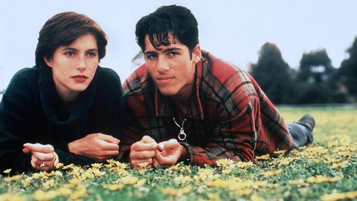 Szívtipró kölyök (The Heartbreak Kid) 1993 Ausztrál dráma - Az egyetem elvégzése után a nem éppen jó hírű középiskolában kezd tanítani Christina. Csapatnyi zajos és neveletlen kamaszra kell felügyelnie. A diákok közül kiemelkedi az örök lázadó Nick. A 17 éves fiú fülig szerelmes lesz a férjhez menés előtt álló Christinába, aki rövid habozás után úgy dönt viszonozza a fiú érzelmeit.