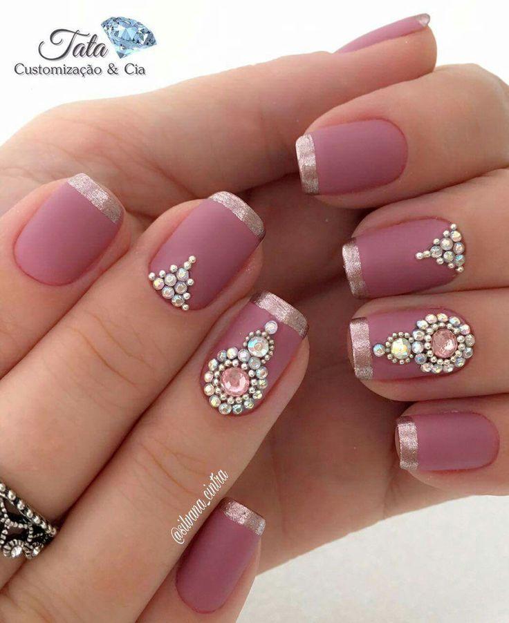 Implícita: Veo unas uñas decoradas con accesorios de color plateado y el color del fondo es rosado  Explicita: Me llama la atención por que me gusta mucho su colores y diseños y los accesorios la cual la decora