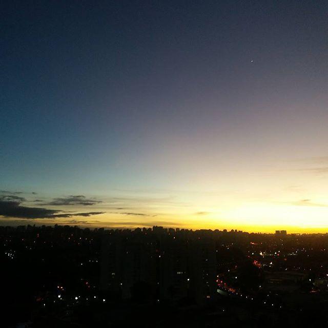 Presente da natureza para quem acorda cedo! Bom dia!  #frescurasdatati #bomdia #ceulindo #sky #amanhecer