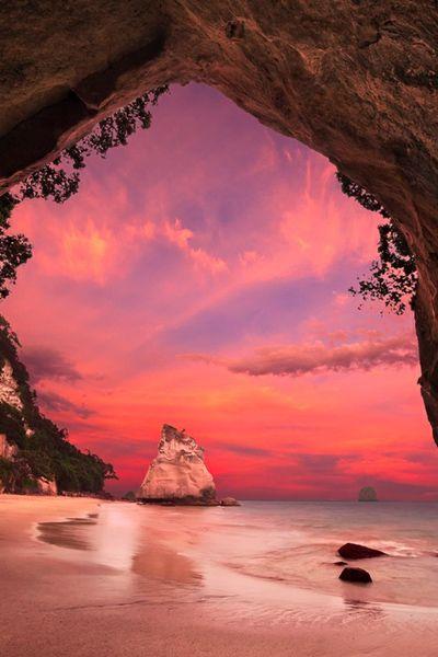 奇石・岩窟が特徴的なニュージーランドのビーチが「カセドラル・コープ(Cathedral Cove)」。 このビーチでは、美しい海、真っ白な砂浜と共に、自然が創りだした造形美を楽しむことができる。映画「ナルニア国物語」の舞台となったことでも有名。