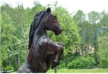 Vyřezávaná dřevěná socha koně