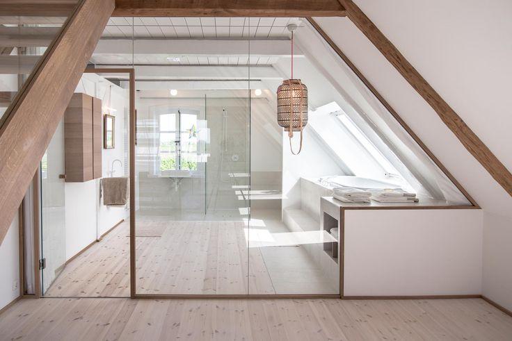 Badezimmer mit Glaswand im Dachgeschoss des renovierten Bauernhauses. Die ganze Story auf roomido.com #roomido #WELLE8