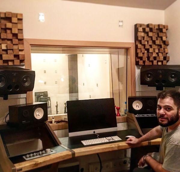 Sevgili Buğra dostumuzun masa montajına başladık. Akustik anlamında da ufak bir düzenlemeye giriştik. Güle güle kullan @buura34 ... Bereketli gelir inşallah ! #lavaakustik #masa #music #workstation #panel #akustik #düzenleme #aranje #design #mixmastering #sound