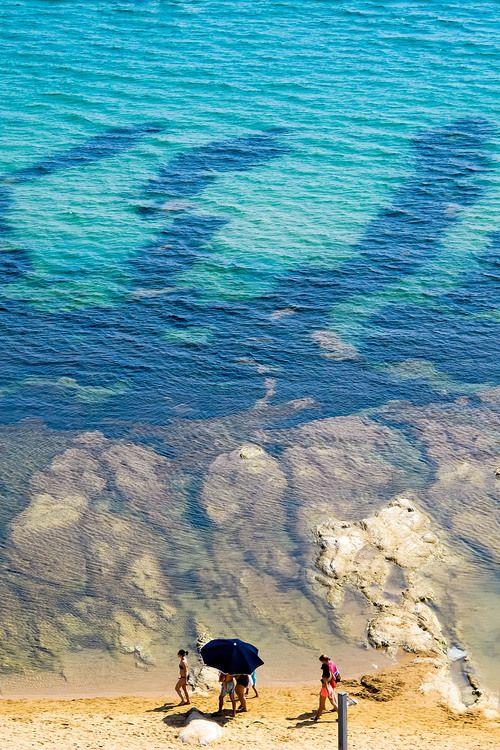 Reisfotografie strand blauwe zee Sicilië Italië. Foto door Marijke Krekels fotografie